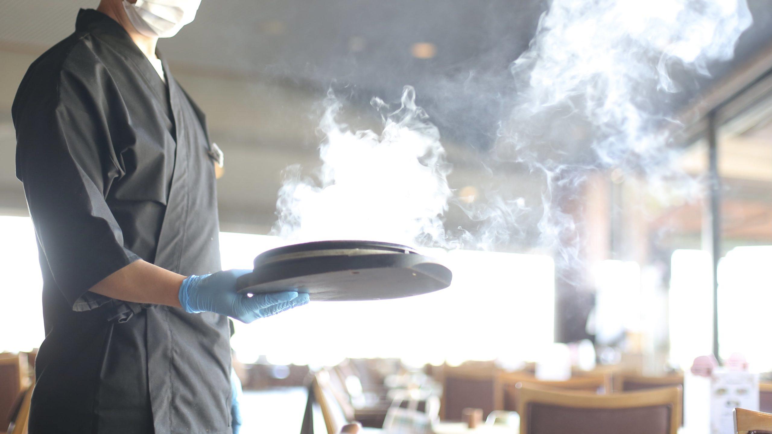 鉄板でのステーキ提供