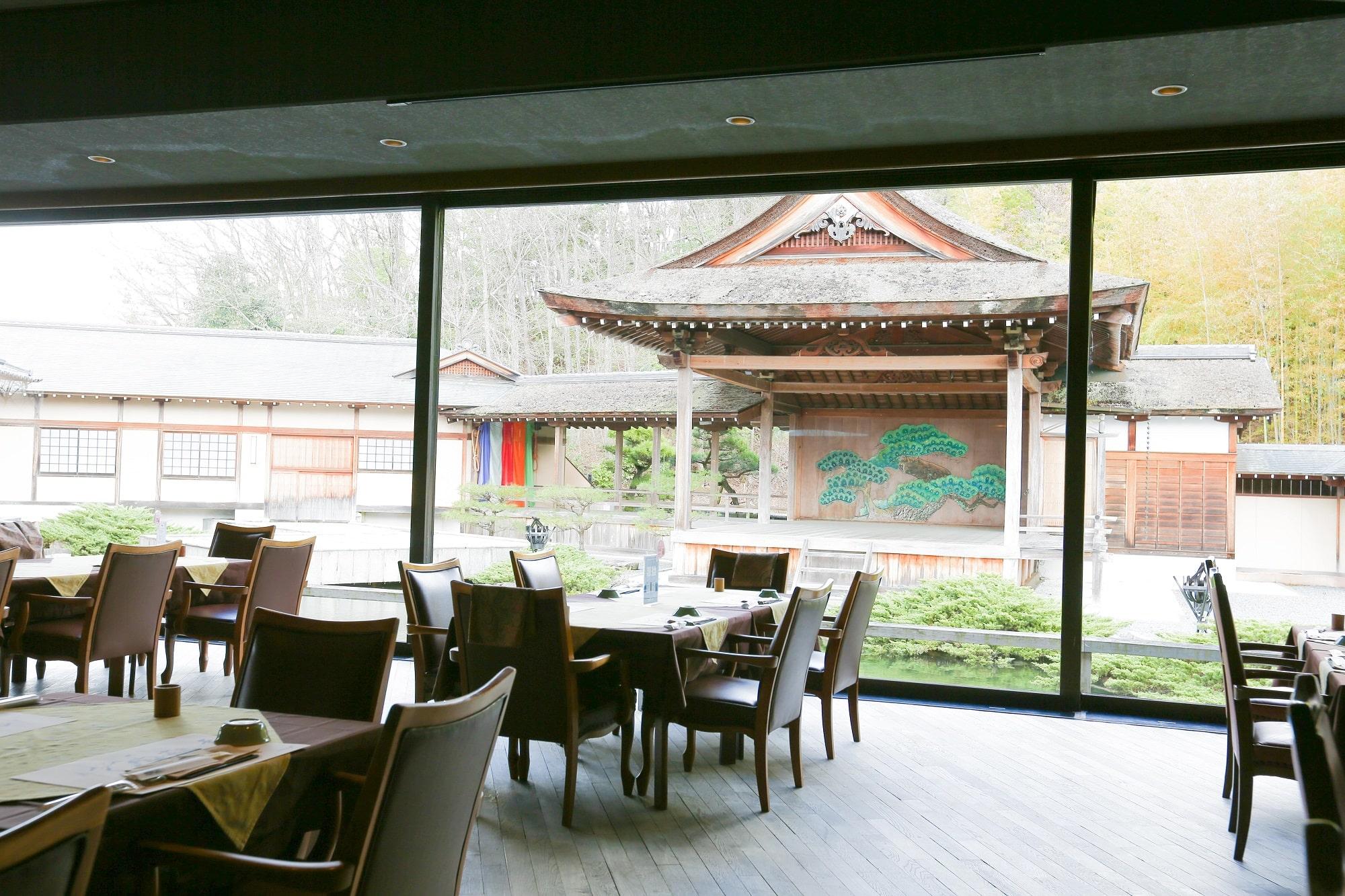 三田屋本店レストランと能舞台